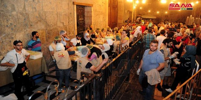 متطوعون من هيئة مار افرام السرياني البطريركية وبطريركية الروم الملكيين الكاثوليك يشاركون بإعداد وجبات للصائمين